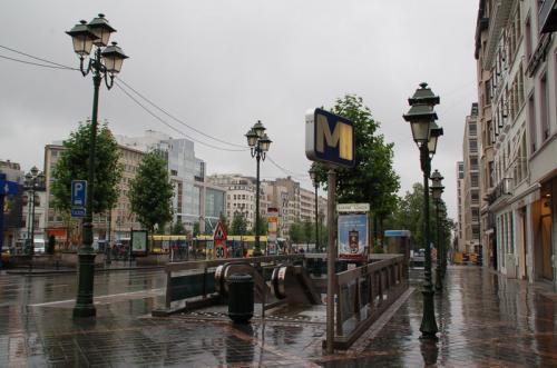 朝からあいにくの雨。ホテルの最寄駅から地下鉄に乗る。