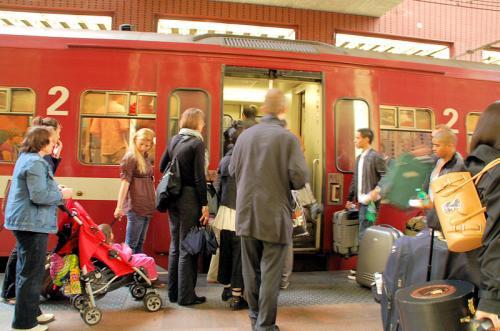 アントワープで下車。私たちが降りた列車に、大きな荷物を抱えたたくさんの人たちが乗り込もうとしている。