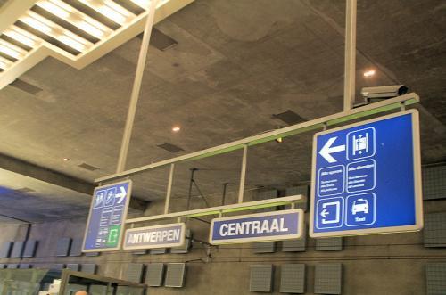 アントワープ駅。このあたりはオランダ語圏のよう。
