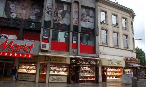 アントワープはダイアモンドが有名らしく、駅前にはダイアモンドのお店が立ち並ぶ。