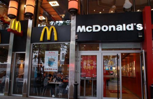 駅前のマクドナルドで昼食をとる。