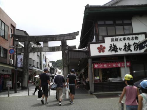 太宰府駅前からの参道。名物の梅が枝餅屋さんやお土産屋さんが連なってます。