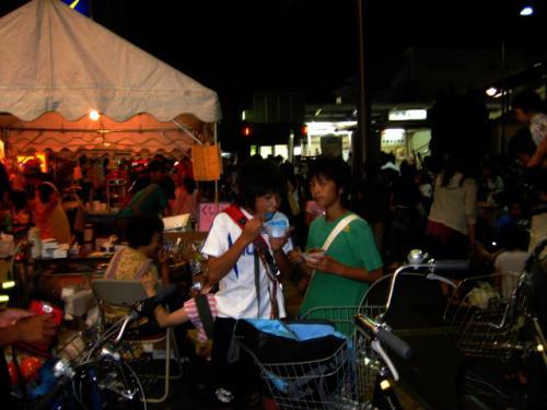 <br /><br />小平駅前はお祭りの屋台やら舞台で大賑わい。