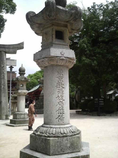 「東京歌舞伎座俳優」と書かれた灯篭を発見!へぇ〜と思っていたら無料のパンフレットにも書かれていました。<br /><br />これは明治35年、御神忌一千年祭に奉納された石灯篭だそうです。もう一つ「東京大相撲協会」のもあるそうです。