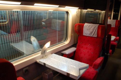 向かい合わせの席には、広げられるテーブルやライトの設備がある。