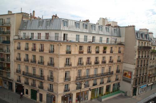 去年と同じGare du Nord駅前のホテルにチェックインして、ホテルの部屋から眺めたパリの景色。