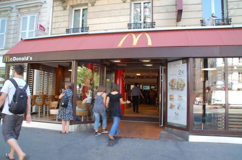 入口までものすごい長い行列が出来ていたので、夫のガンモが並んでいる間に、マクドナルドでお昼ご飯を買うことにした。