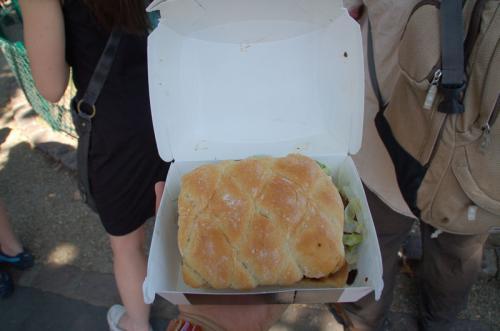 注文したのは、やはりアントワープで食べたヨーロッパ限定(?)角型ハンバーガー。