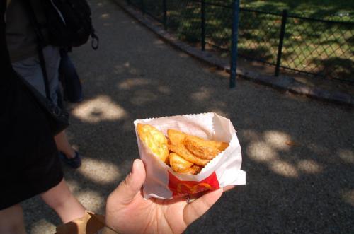 アントワープで食べたポテトは日本と同じで細長いフライドポテトだったのに、パリのマクドナルドのポテトはフリッツだった。
