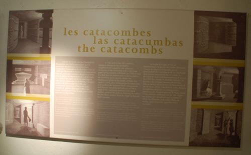 長い長い階段を降りて地下に入る。最初は展示室のようなところがあった。フランス語で書かれているので、良くわからない。(苦笑)