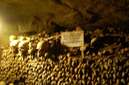 いよいよ無縁仏が葬られている場所にやって来た。十八世紀に人口増加のために墓地が間に合わなくなり、鉱石などを掘っていた場所を再利用して墓地として利用したことが始まりとなったらしい。現在、ここに収納されている無縁仏は七百万体と言われている。