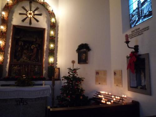礼拝堂の中には、祭壇と数列のお祈り用の椅子があるだけの小さなお堂です。