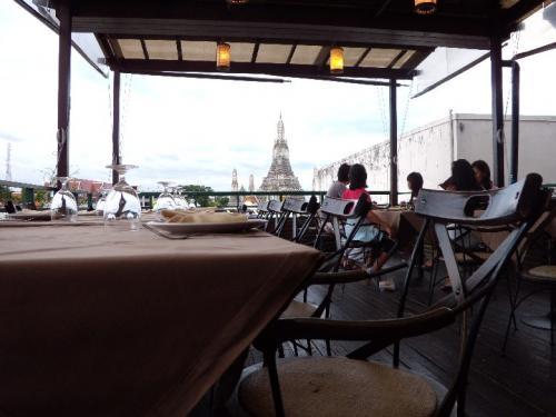 The Deck<br /><br />予約席ばかりでした。<br /><br />いい場所に座りたい人は、<br />予約をしてから行きましょう。