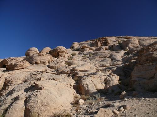 ひょぉ〜〜<br />さっそく岩に囲まれてウキウキ。<br /><br />見てください、この青空を!<br />雲ひとつない真っ青な空が延々と続きます。