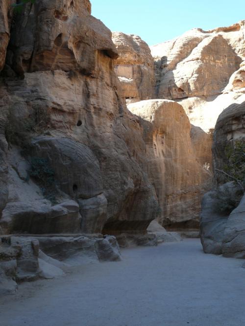 岩の左下のくぼみは、用水路です。<br />昔はここに水が流れていたとか。。。<br /><br />