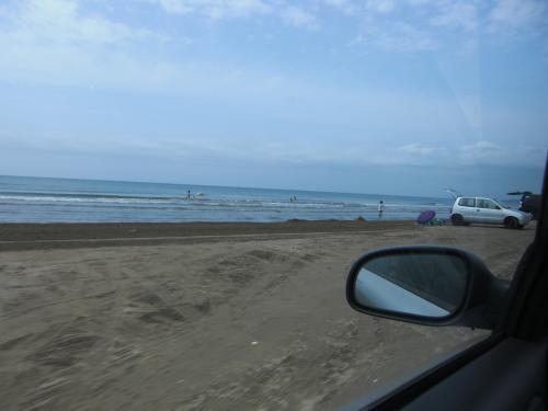 砂浜を走ることで有名なー千里浜なぎさドライブウェイ。<br /><br />平日で涼しい8月のせいか、そんなに車&人は<br />いません。<br /><br />砂浜ですが、砂を巻き上げるほどではなかったです。