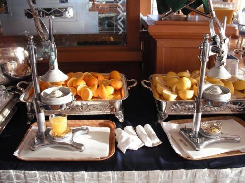 ここにも、オレンジとグレープフルーツの生絞りがある。少々面倒であるが、オレンジとグレープフルーツの生絞りジュースを作る。