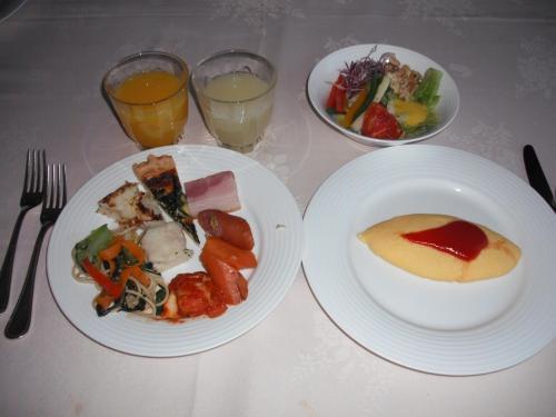 白いテーブルクロスの上でいただく朝食もまた格別である。ここは洋食中心のビュッフェで和食メニューはない。