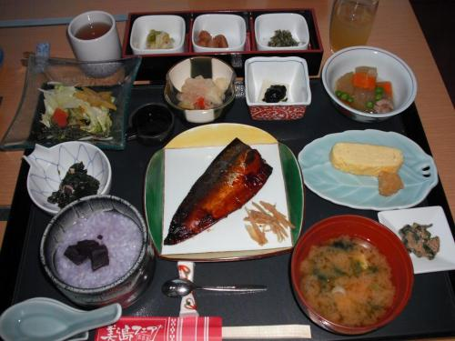 豪華な和定食(写真)。味付けが濃くなく、どの料理もおいしくて全部食べた。お腹いっぱいになる。この後、さらに洋食ビュッフェを食べに行きますか?