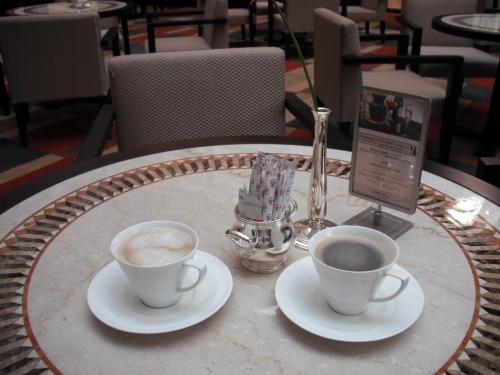 ロビーラウンジでは朝食タイム(7:00〜10:00)に無料のコーヒーサービスがある。新聞を読みながらほろ苦いコーヒーを味わう。Good Time