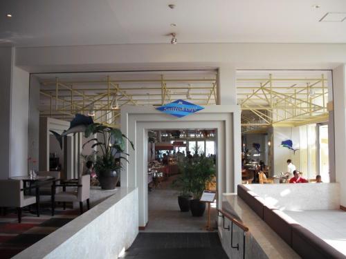 今日はホテル1階のビーチサイドにある「セイルフィッシュカフェ」(写真)で朝食にする。レストラン入り口で客室番号を告げるだけで中に通してくれる。普通のホテルでよくあるチケット制ではないので、他のレストランへも食べに行けるのである。