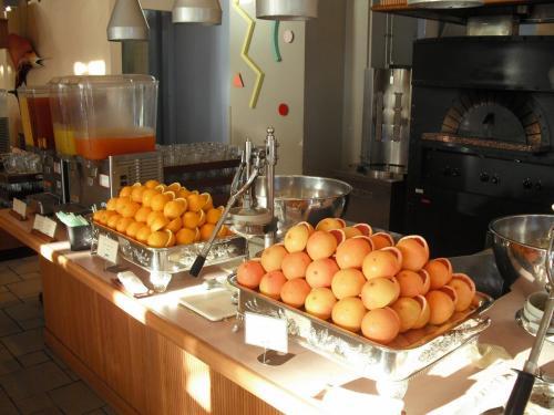 朝食は和・洋のビュッフェで食べきれないくらいの種類がある。特筆すべきは、オレンジとグレープフルーツの生絞り(写真)があることであろう。輪切りのオレンジ4個を使って小コップ1杯の生絞りオレンジジュースが出来上がる。
