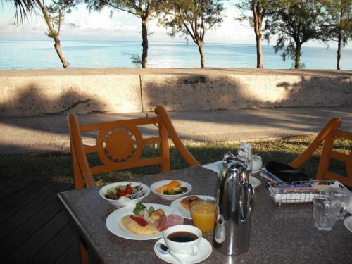 セイルフィッシュカフェはオープンテラスになっており、アウトドア席(写真)もある。青い海が見えて、しかも日陰になっているテラス席(写真)を陣取る。