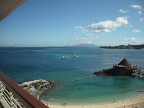 目覚めの朝、早速、カーテンを開けてバルコニーに出て見ると、青い海が朝日に輝いている。ラッキー!いい天気に喜びが込み上げてくる。