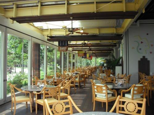 このレストラン(写真)はプライベートビーチの目の前にあり、ビーチを眺めながらゆっくり食事が出来る。ロケーションとしては一番いいレストランである。