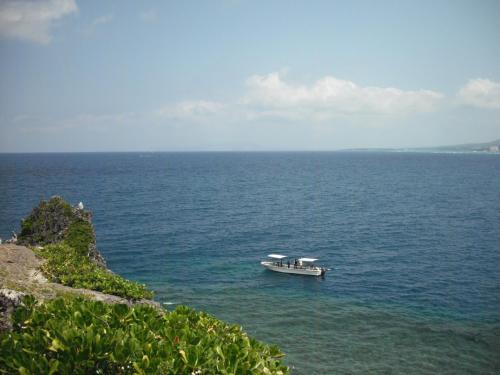 青い空に青い海、ダイビングボートが停泊している。ここの周囲はダイビングポイントとして有名である。