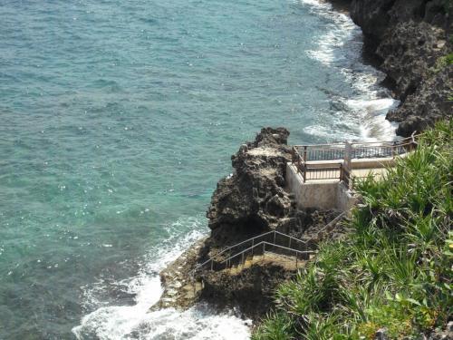 岬から海に直接エントリーできる道(写真)がある。以前は単に崖(がけ)を下る自然の小道だったが、今では舗装された立派な階段が出来ている。