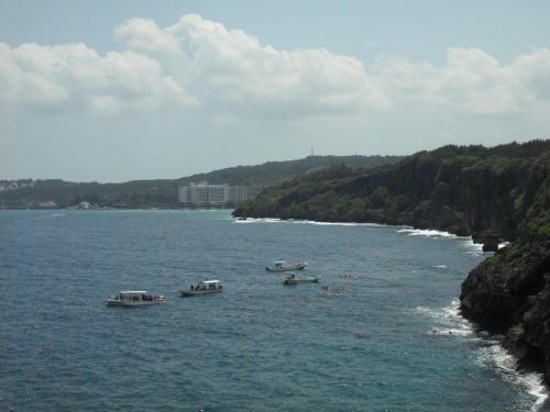 天気はいいのであるが、台風が去った後のうねりが高く、大きな波が真栄田岬の岸壁(写真)に打ち寄せている。よって、この日は岬からのエントリーは全面禁止。ボートによるダイビング・シュノーケルはOK。
