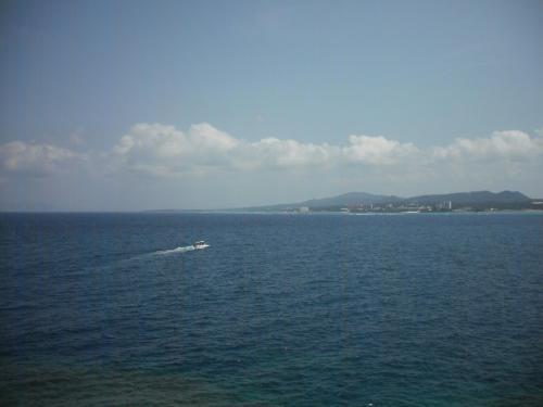 底の見えない深い海に太陽光線が差し込み、そこに大きな魚の群れが悠然と泳いでいる。この光景はすごい。(ダイバーなら見慣れた光景)ツアーは真栄田岬の「青の洞窟」をシュノーケリングで見て回る。イタリア・カプリ島の青の洞窟にも負けない?(注:行ったことがないので不正確)