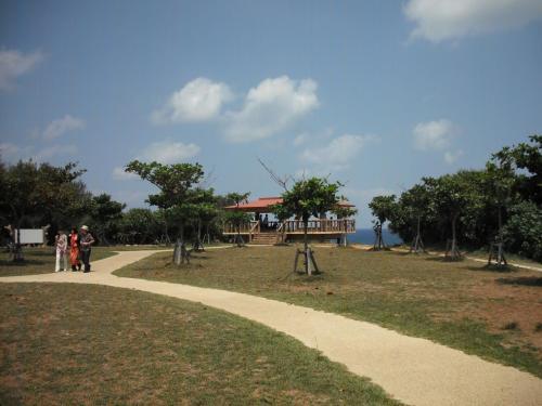 真栄田岬は隆起サンゴ礁に囲まれた風光明媚な景勝地で、遊歩道(写真)の先に絶景の展望台がある。写真には写っていないが、左側にトイレ、着替え室、温水シャワー室(有料)等がある。