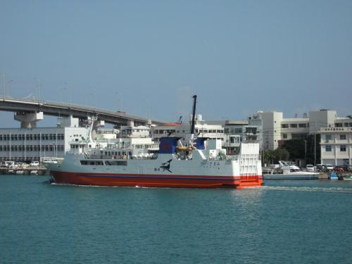 天気予報とにらめっこしながら、ある日、那覇から20分で行ける、日帰り可能な無人島「ナガンヌ島」に出かける。写真:那覇「泊港」から座間味行きフェリーが出航していく。<br /><br />