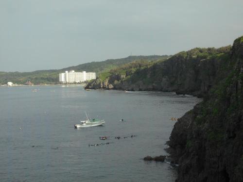 翌日の午前中、ルネッサンスホテルのシュノーケリングツアー(青の洞窟:6000円)に参加した。写真正面のルネッサンスホテルからボートに乗ってすぐにポイントに着く。