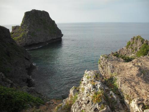 展望台からの絶景の眺め!切り立った断崖絶壁が恐い。この切れ落ちは海の中まで続く。