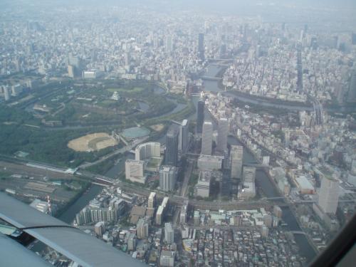 新潟から伊丹空港へ向かう手前大阪城発見!<br />高度も低く飛行機からもよく見えました。<br />ツアーにはないので得した気分です。