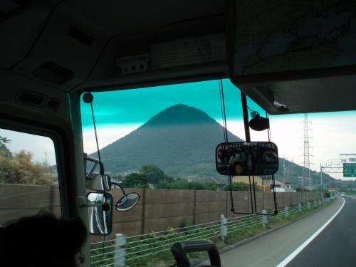 讃岐富士<br />讃岐平野にはため池と<br />砂をおとしたような小さい山がそこいらに点々とあるそうです。<br />