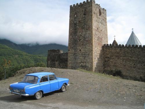 アナヌリ教会<br /><br />ロシア製の青い車<br />なんか良い。
