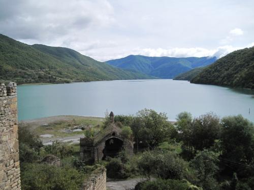 ジンバリー湖(ダム湖)<br /><br />1970年代に建設され、十数カ所の集落が湖底に沈んだといわれています。<br />アナヌリ教会も沈む運命でしたが、信者たちの反対により教会手前で工事がストップされたのだとか。<br />