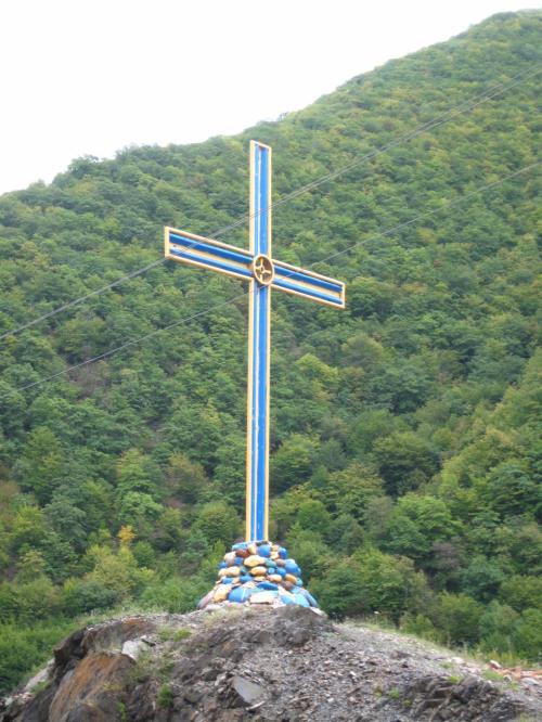 台座の石まで青い十字架
