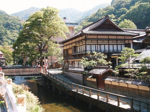 見えているのは詠観橋と国の登録有形文化財の宿「向滝」です。