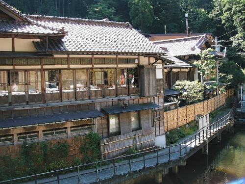 これも国の登録有形文化財の宿「向滝」です。