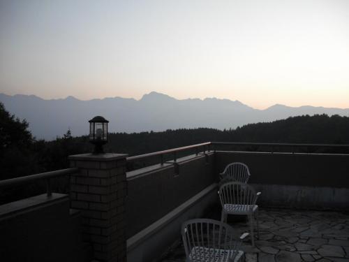 ラウンジのバルコニーから見た夕暮れの南アルプスのシルエット(写真)夕陽がアルプスに沈む。Very Good.<br />