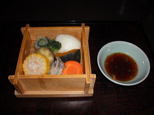 肉や魚ではなく「野菜のせいろ蒸し」(写真)。にんじん、さつまいも、かぼちゃなど一度熱を加えて下準備してからせいろ蒸しにしてある。  <br />  <br />