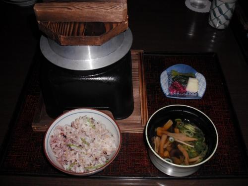 鶏肉入りではなく、きわめてシンプルな(味のない)十六穀米の釜飯(写真)。