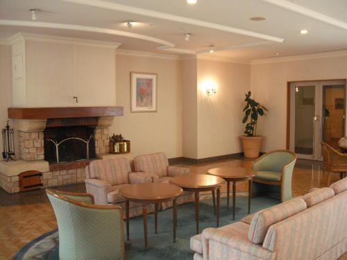 ホテル5階(ロビー階)にあるラウンジ(写真)軽食やティータイムに利用できる。しかし、あまり利用していない様子である。<br />