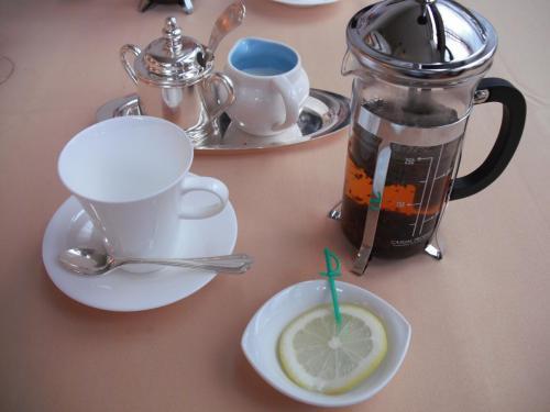 紅茶(写真)を飲みながら、雨のリゾート滞在をどう過ごすか、妻と話しあう。