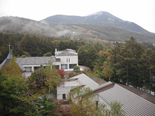 本日の部屋はアネックス2号棟4階のグランドファミリー(2410号室)。私の大好きな部屋で、バルコニーからの蓼科山(写真)や女神湖の眺めが素晴らしい。詳しくは以下のサイト参照<br />http://4travel.jp/traveler/funasan/album/10168614/